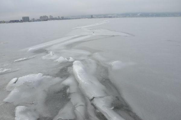 諏訪湖にできた氷の筋