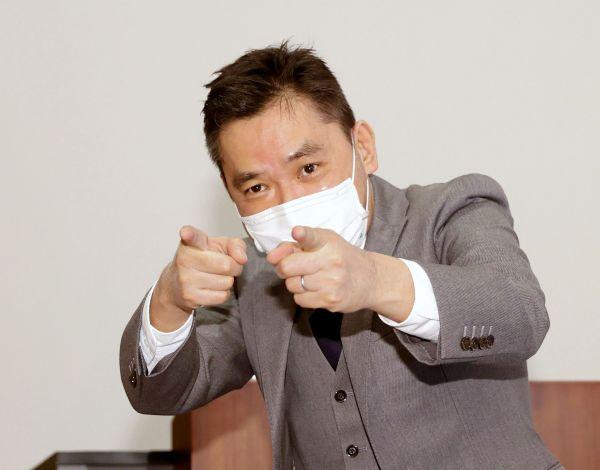 会見の終わりに報道陣にポーズを取るお笑いコンビ「爆笑問題」の太田光さん=2020年12月21日、東京都新宿区、池田良撮影