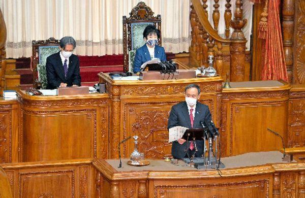 参院本会議で答弁する菅義偉首相(手前)=2020年11月30日午後1時37分、恵原弘太郎撮影
