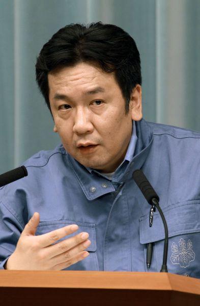 福島第一原発の事故について記者会見する枝野幸男官房長官(当時)=2011年3月12日、首相官邸