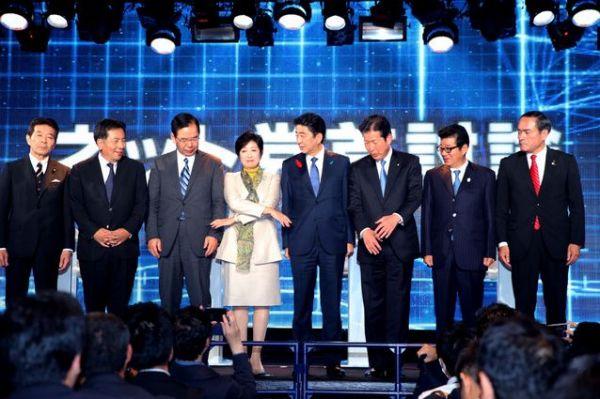ネット党首討論を終え、記念撮影に応じる枝野幸男氏(左から2番目)ら。報道陣の握手の求めに、枝野代表から反対の声が出て一度は握手不成立となったが、小池百合子氏がリードして握手した=2017年10月7日