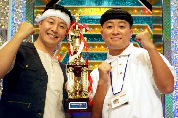 チョコレートプラネットの長田庄平(左)と松尾駿=2015年10月25日