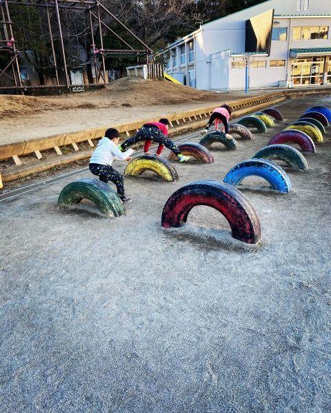 公園で遊ぶREINAさんの子どもたち=本人提供