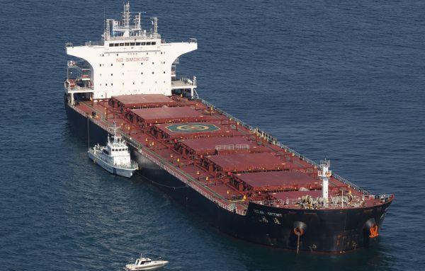 貨物船「オーシャン アルテミス」と、事故を調査する海上保安庁の船=2月10日、神戸市沖。朝日新聞社ヘリから