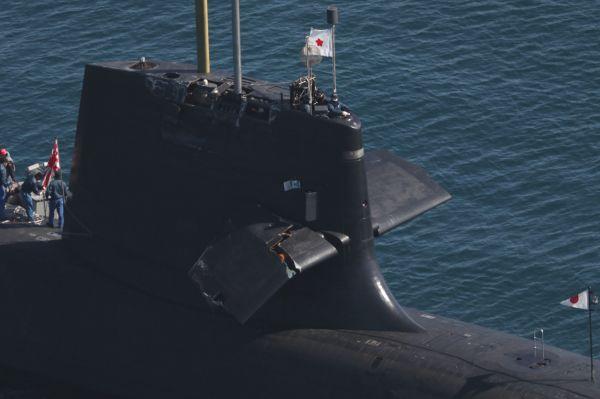2021年2月8日の衝突事故で、艦橋の右舷側の「潜舵」などが損傷した海上自衛隊の潜水艦「そうりゅう」=同9日、高知港沖。朝日新聞社機から