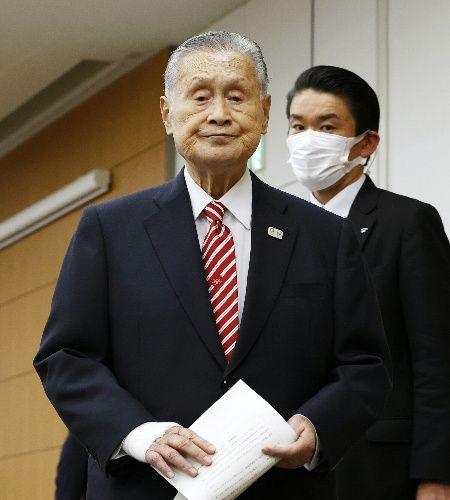 自身の発言について会見を終えた東京五輪・パラリンピック大会組織委員会の森喜朗会長=2021年2月4日、東京都中央区