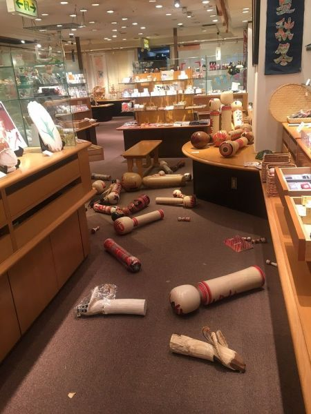 2月14日の店内の様子。前日夜の地震の揺れで、陳列されていたこけしの多くが倒れてしまっている