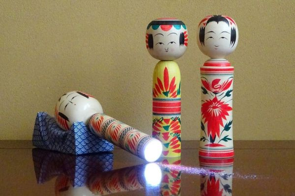 こけしのしまぬきが製造・販売している「明かりこけし」。左から順に、宮城県伝統のデザインである鳴子系・弥治郎系・遠刈田系。それぞれ底部にLEDライトを備えている