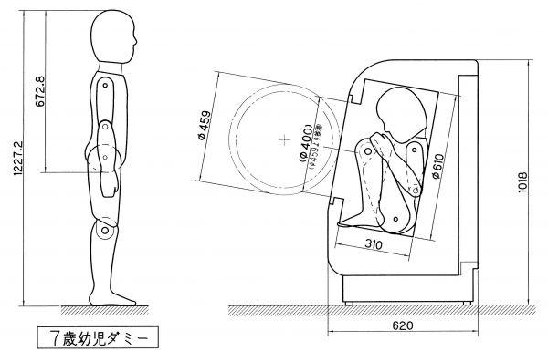 ドラム式洗濯乾燥機に子どもが入ってしまう場合の体勢。7歳のサイズのダミー人形もすっぽり入ってしまう。