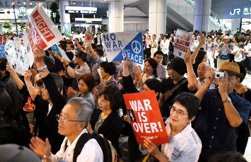 「SEALDs KANSAI」が開いた街頭運動で学生の演説に拍手する人たち=11日午後7時29分、大阪市北区、伊藤進之介撮影