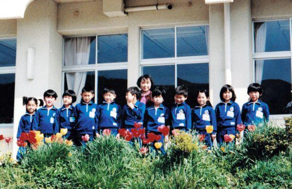津島小学校の教員当時の馬場靖子さん(中央)。背が小さく1、2年生の担任がほとんどだった(馬場さん提供)