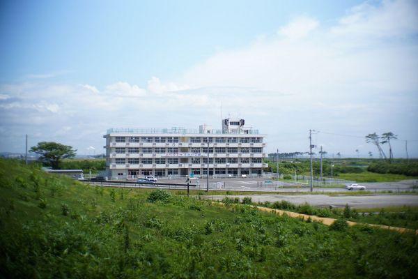 津波の被害にあった仙台市若林区の荒浜小学校の2020年の様子。周辺では、「避難の丘」などが整備された=2020年7月19日