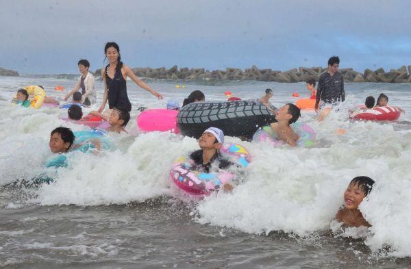 仙台市若林区荒浜の深沼海水浴場は、2018年に震災後初めて、期間限定で遊泳が解禁された=2018年7月30日
