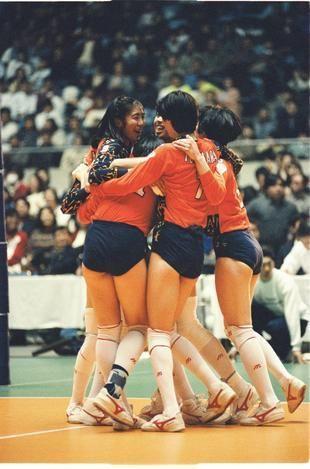 全日本バレーボール女子で相手ブロックを破りスパイクを決めた大林素子さん=1993年3月7日