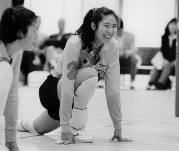 練習で笑顔を見せる大林素子さん