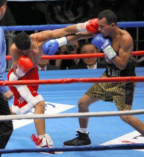 ランダエタ選手に左のクロスカウンターを見舞う亀田興毅選手=2006年12月20日