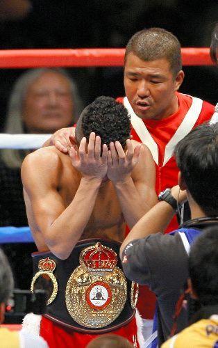 インタビュー中に涙が止まらなくなった亀田興毅選手(左)に声をかける亀田史郎氏=2006年12月20日