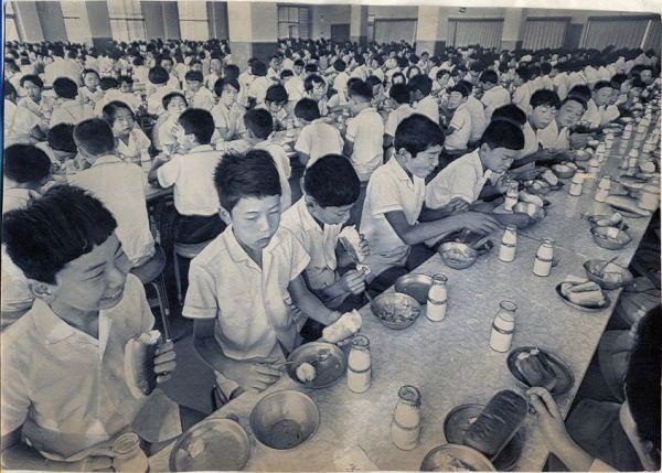 1973年 山口県の小学校の巨大給食室の様子。一度に900人が食事できた
