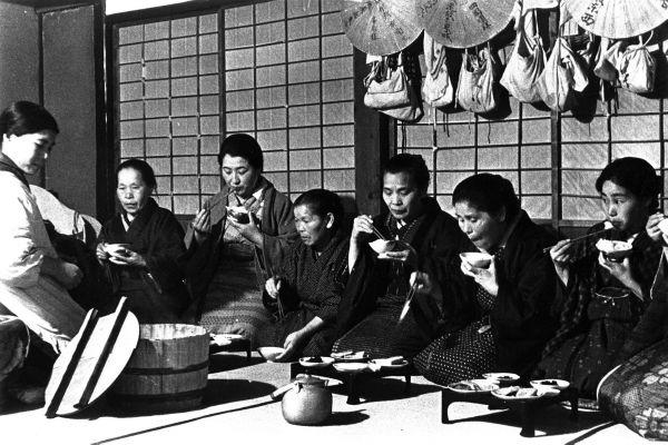 1936年 香川県仲多度郡善通寺町の遍路宿でそろって座り、夕食をとる巡礼さんたち。一人ずつお膳がある