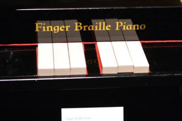 東京芸術大の卒展で展示された鍵盤が六つだけのトイピアノ「指点字ピアノ」