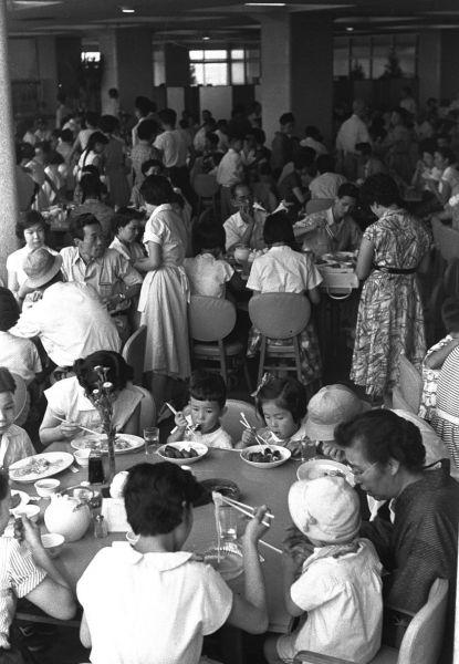 1955年、戦後10年が経った家族連れでにぎわう東京・渋谷のデパートの大衆食堂。すし、どんぶり、洋食となんでもあった