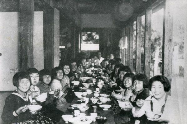 1944年10月、戦時中、疎開先で食事をする東京・本所区の緑国民学校の子どもたち