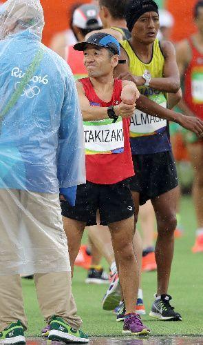 男子マラソンでスタートを待つカンボジア代表の猫ひろしさん=長島一浩撮影