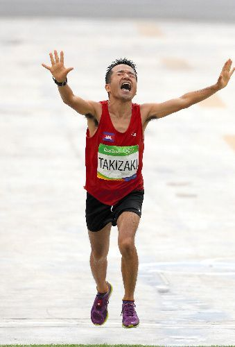 リオ五輪のマラソンで139位でゴールする猫ひろしさん=2016年8月21日、長島一浩撮影