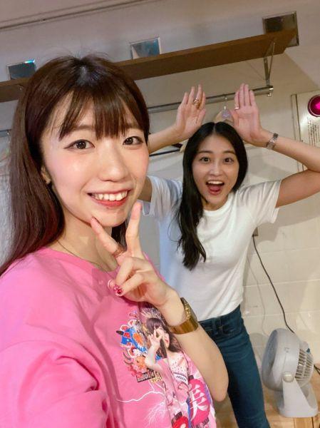 「でか美祭」で、アイドルの和田彩花さんと共演したでか美さん=2020年8月8日、公式ツイッターから
