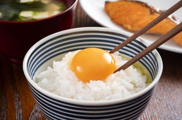 たまごかけご飯(生卵をご飯にかけるって……)