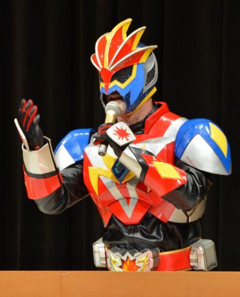 広島発の、虐待防止の啓発活動に取り組んでいるご当地ヒーロー「安芸戦士メープルカイザー」。講演活動も積極的に行っている。