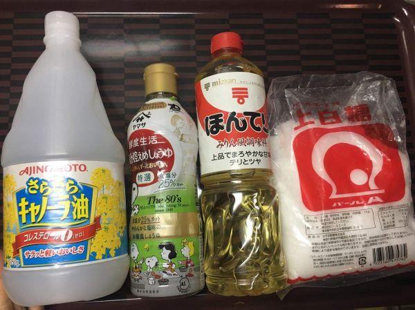 似たような調味料が多い。酢と油とみりんとか一瞬、分からない