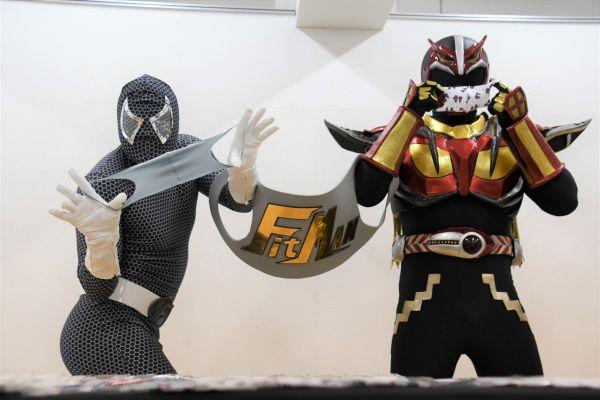 秋田の「超神ネイガー」の運営会社が、コロナ禍でヒーローの衣装と同じ生地の布マスクを販売。超神ネイガー(右)がPRした。