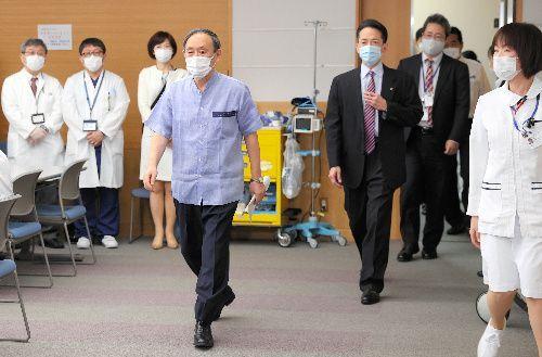 新型コロナウイルスワクチンの接種に臨む菅義偉首相=2021年3月16日、東京都新宿区の国立国際医療研究センター、関田航撮影
