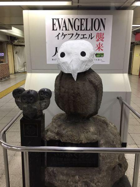 池袋駅のシンボル・いけふくろうは、人類の宿敵「使徒」風に「イケフクエル」と改名。チャーミングなお面をかぶせることで、装いも新たになった。