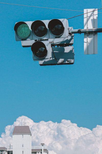 信号の青が空とリンクしているような気がしました