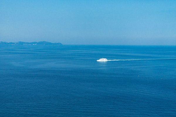 海の深い青に魅せられて。青はつい反応してしまう 色