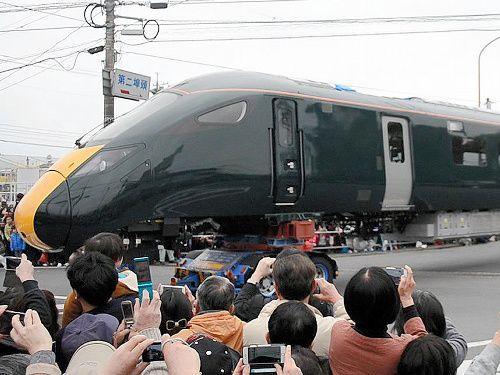 英国向けの高速鉄道車両が輸送される様子を見ようと、大勢の見物客が詰めかけた=2017年3月5日、山口県下松市