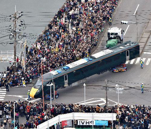 多くの人が見守る中、陸送される英国向け高速鉄道車両