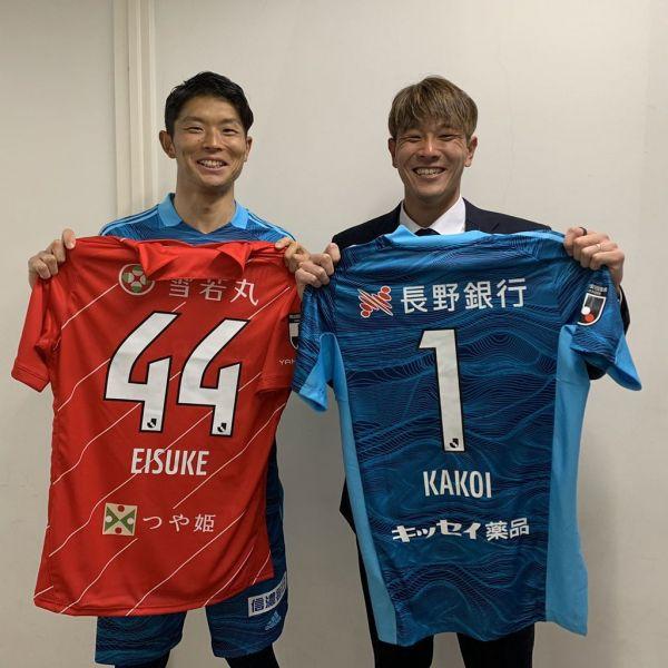 試合終了後、ユニホームを交換した圍(左)と藤嶋。藤嶋はインスタグラムに「次は勝つぞ」と書き込んだ