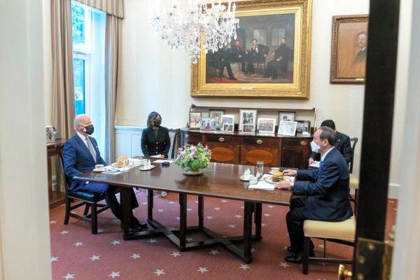 菅義偉首相とバイデン米大統領の一対一の会談の様子。両首脳の前にはハンバーガーが置かれた=バイデン大統領のツイッターから
