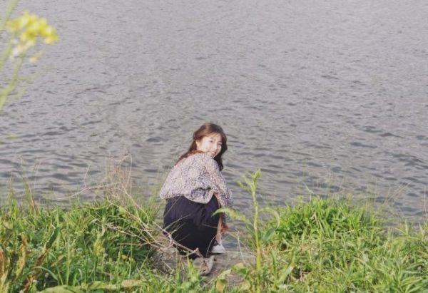 東京・柴又の江戸川沿いで遊んでいたアニー・チェンさん。親友の黄晨怡さんがカメラを向けると、笑顔で振り返った=2019年4月21日、黄さん提供