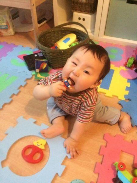 長男が生後8カ月のとき。なめているのはレゴブロック