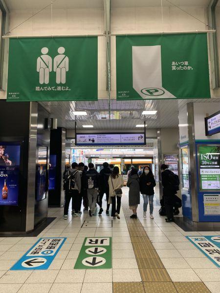 高田馬場駅に掲出されているレインボーモータースクールの広告