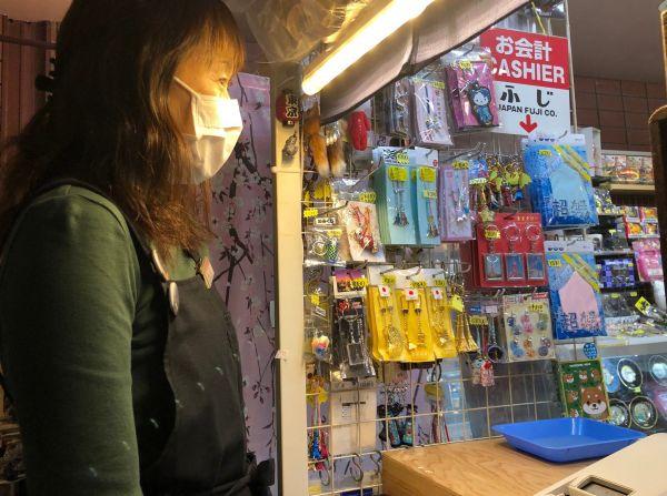 リニューアル後の店舗で店番をする「ふじ」の店長・菊地ひろみさん=山下メロ撮影