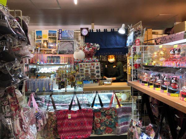 東京タワーの土産店街「東京おみやげたうん」の一角にある「ふじ」。3月のリニューアル後も、昔ながらのスタイルで営業を続けている=2021年4月、山下メロ撮影