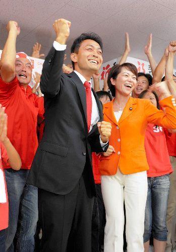 初当選を決め、支持者らと喜ぶ玉木雄一郎氏=2009年8月30日、さぬき市寒川町