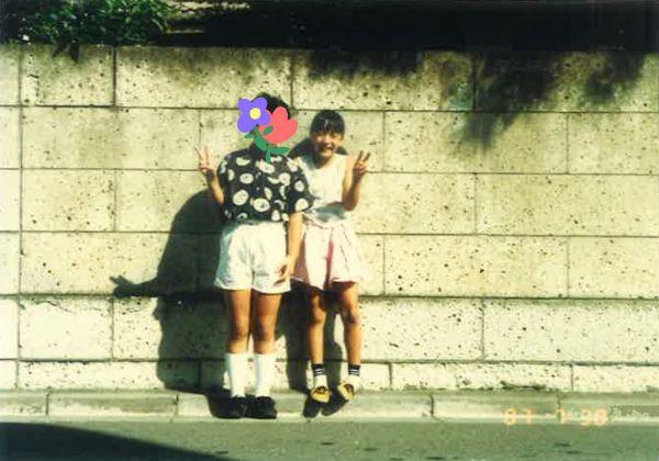 東京から沖縄へ引っ越す前日、REINAさん(右)の家に来てくれた友達と=本人提供