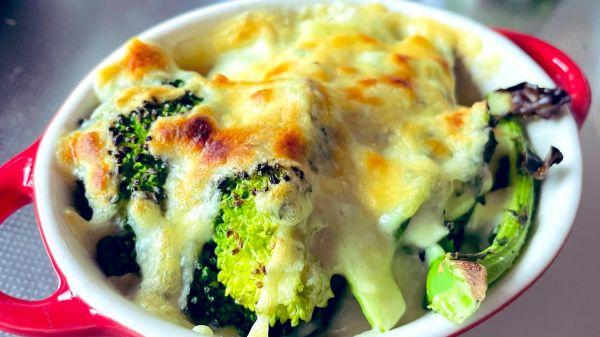 「ブロッコリーのチーズ乗せ焼き」  オリーブオイルと塩コショウで炒めたブロッコリーを耐熱皿に移し、ピザ用チーズを乗せたらオーブントースターへ。焦げ目がついたら完成です!