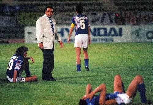 1993年、ドーハでのW杯最終予選。初出場の夢はかなわず、日本代表のオフト監督(左から2人目)は倒れ込んだ選手を一人ひとり起こして歩いた